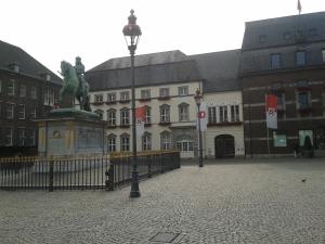Δημαρχείο και μπροστά το άγαλμα του Jan Wellem